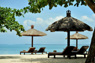 beach-area-of-belmond-jimbaran-puri-bali-travel-experiences